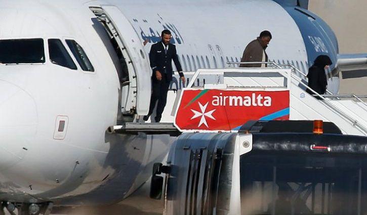 Пассажиры покидают захваченный ливийский самолет